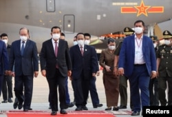 Cambodian Prime Minister Hun Sen arrives to receive a shipment of 600,0.00 doses of the coronavirus disease (COVID-19) vaccines donated by China from ambassador Wang Wentian, at the Phnom Penh International Airport, in Phnom Penh, Cambodia February 7, 2021. (REUTERS/Cindy Liu)