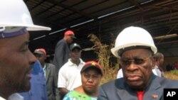 O vice-presidente angolano, Roberto de Alneida, durante uma visita a Malanje