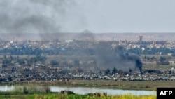 شام میں عراقی سرحد کے قریب واقع داعش کے آخری گڑھ باغوز پر امریکی حمایت یافتہ فورسز کے حملے کے بعد دھوئیں کے بادل اٹھ رہے ہیں۔ 20 مارچ 2019
