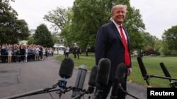 Tổng thống Donald Trump nói với phóng viên trước khi rời Nhà Trắng đến Indianapolis, bang Indiana, hôm 26/4. Ông Trump kêu gọi người dân Mỹ tiêm vắc xin phòng bệnh sởi vì sự tái xuất hiện của căn bệnh này.