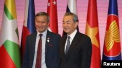 中國外長王毅與新加坡外長維文在泰國舉行的東盟外長會議上見面。(2019年8月2日)