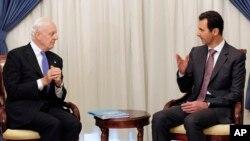 Tổng thống Syria Bashar Assad (phải) nói chuyện với Đặc sứ Liên Hiệp Quốc Staffan de Mistura ở Damascus, ngày 10/11/2014.