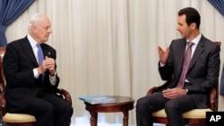 FILE - Syrian President Bashar Assad (R) speaks with United Nations envoy to Syria Staffan de Mistura in Damascus, Nov. 10, 2014.
