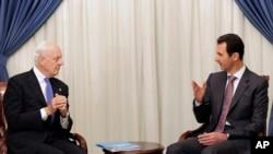 Presiden Suriah Bashar Assad (kanan) berbicara dengan utusan PBB untuk Suriah Staffan de Mistura di Damascus, 10 November 2014.