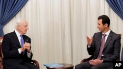 Presiden Suriah Bashar Assad (kanan) berbicara dengan utusan PBB untuk Suriah Staffan de Mistura di Damascus, 10 November 2014. (Foto: dok.)