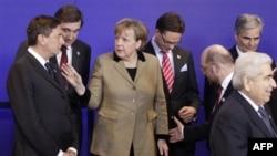 Thủ tướng Ðức Angela Merkel nói chuyện với Thủ tướng Slovinia Borut Pahor (trái) tại hội nghị ở Brussels, ngày 30/1/2012