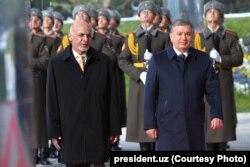 Afghan President Ashraf Ghani (left) with his Uzbek counterpart, Shavkat Mirziyoev, Tashkent, December 5, 2017