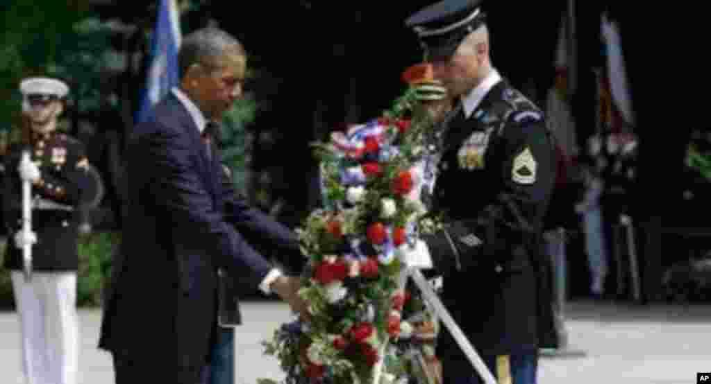 امریکی صدر براک اوباما میموریل ڈے' کے موقع پر ملک کے دفاع کے لیے جانیں قربان کرنے والوں کو خراج عقیدت پیش کر رہے ہیں۔