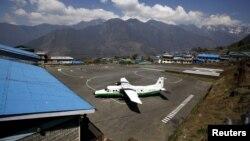 Một chiếc máy bay của hãng Tara Air đậu tại Sân bay Tenzing-Hillary, ở Lukla, Nepal.