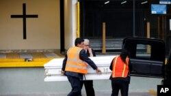 Trabajadores de una funeraria local cargan al ataúd con el cuerpo de Jakelin Caal en el Aeropuerto Internacional de La Aurara, Ciudad de Guatemala, antes de su funeral el 23 de diciembre del 2018