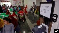 지난 15일 인도네시아 자카르타의 한 암 전문 병원이 '워너크라이' 사이버 공격을 받은 가운데 환자들이 순서를 기다리고 있다.