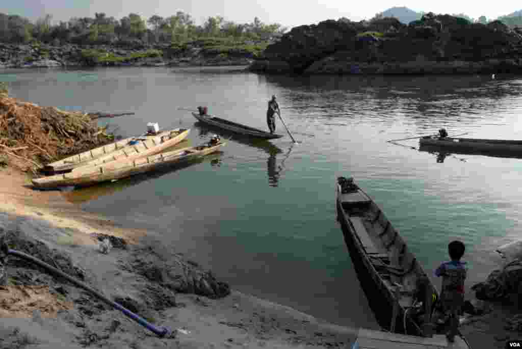Fishermen prepare to launch from Don Khone. The Laos government is planning a $600 million dam for the area but has been reluctant to reveal details surrounding the proposal and the impact it will have on fish migration and fish stocks. (Luke Hunt for VOA
