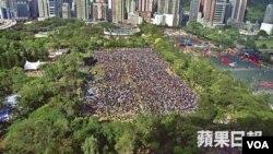 苹果日报资料图片 2003年民阵七一游行因工联会占用球场只能在草坪处集结