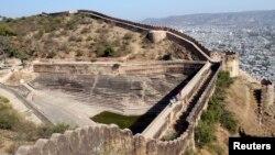រូបភាពឯកសារ៖ អ្នកទេសចរណ៍ដើរកំពង់ផែក្នុងក្រុង Jaipur រដ្ឋRajasthan ប្រទេសឥណ្ឌា កាលពីថ្ងៃទី២៣ ខែមករា ឆ្នាំ២០១២។