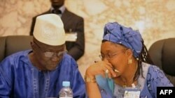 Ông Ben Sekou Sylla, người đứng đầu ủy ban bầu cử Guinea (trái)