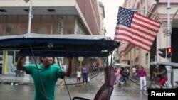 Una bici taxi con la bandera de Estados Unidos en La Habana. Hoy comienzan las conversaciones.