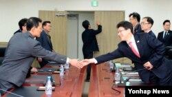 개성공단에서 발생하는 상사 분쟁 사건을 처리할 남북 공동 기구인 상사중재위원회의 첫 회의가 지난 달 13일 개성공단 종합지원센터에서 열렸다. 이날 회의에 앞서 참석자들이 인사를 나누고 있다. (자료사진)