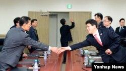 개성공단에서 발생하는 상사 분쟁 사건을 처리할 남북 공동 기구인 상사중재위원회의 첫 회의가 13일 개성공단 종합지원센터에서 열렸다. 이날 회의에 앞서 참석자들이 인사를 나누고 있다.