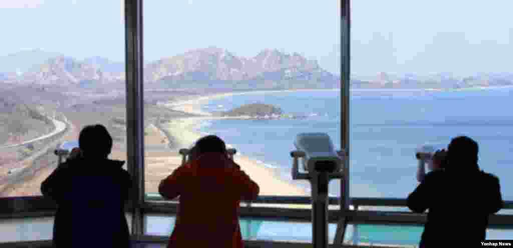 북한이 동해 쪽으로 옮긴 미사일을 10일께 발사할 것이라는 언질을 평양주재 일부 국가 외교관들에게 했다는 외신 보도가 나온 9일 동해안 최북단 통일전망대를 찾은 관광객들이 북한 땅을 살펴보고 있다.