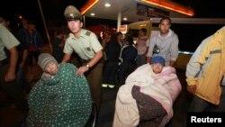 4月1日智利救援人员疏散老弱病残人员