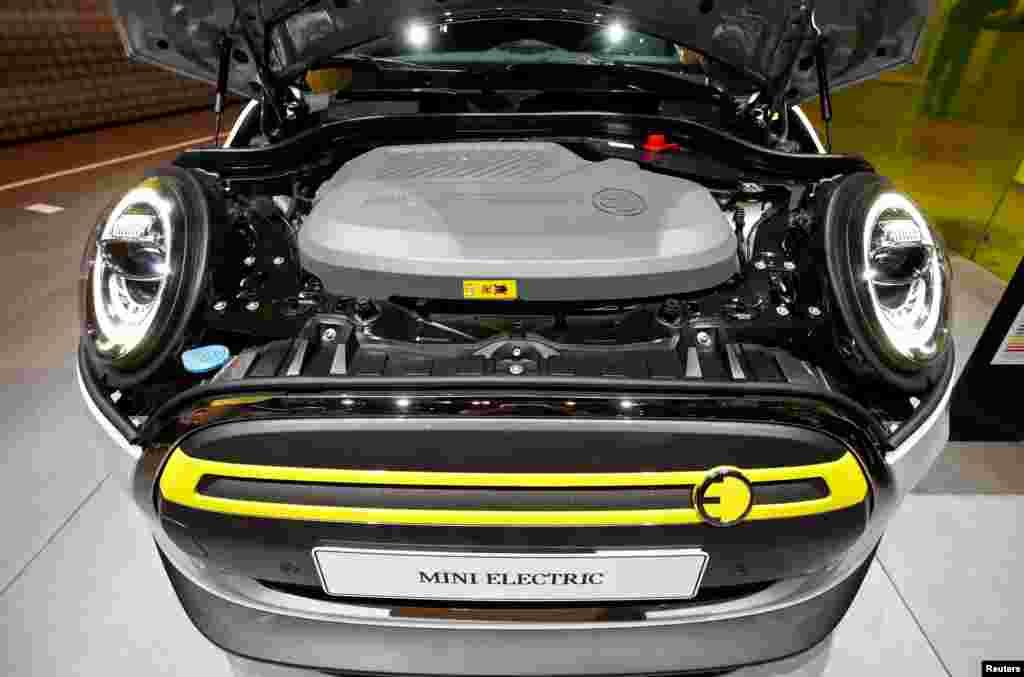موٹر شو میں گاڑیوں کے ایک مشہور برانڈ 'بی ایم ڈبلیو' کی جانب سے 'منی' کا الیکٹرک ورژن پیش کیا گیا۔