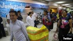 Un grupo de refugiados venezolanos que huyeron a Perú buscando alivio de la crisis económica en su país, regresaron a su país en un vuelo financiado por el gobierno del presidente de Venezuela Nicolás Maduro.