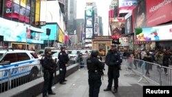 纽约市警察配备武器,在2016年来临前,在卫曼哈顿区的时代广场警戒守卫,以确保安全。