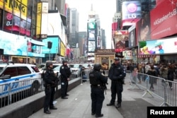Polisi New York berjaga di Times Square, Manhattan, New York, 27 Desember 2015.