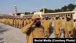 ڈنڈا بردار فورس انصار الاسلام پشاور میں تربیت کے دوران مولانا فضل الرحمن کو سلامی دے رہی ہے۔