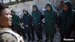 Polisi syariah perempuan atau Wilayatul Hisbah (WH) menerima instruksi dari komandan sebelum berpatroli di Banda Aceh. (Foto: dok)