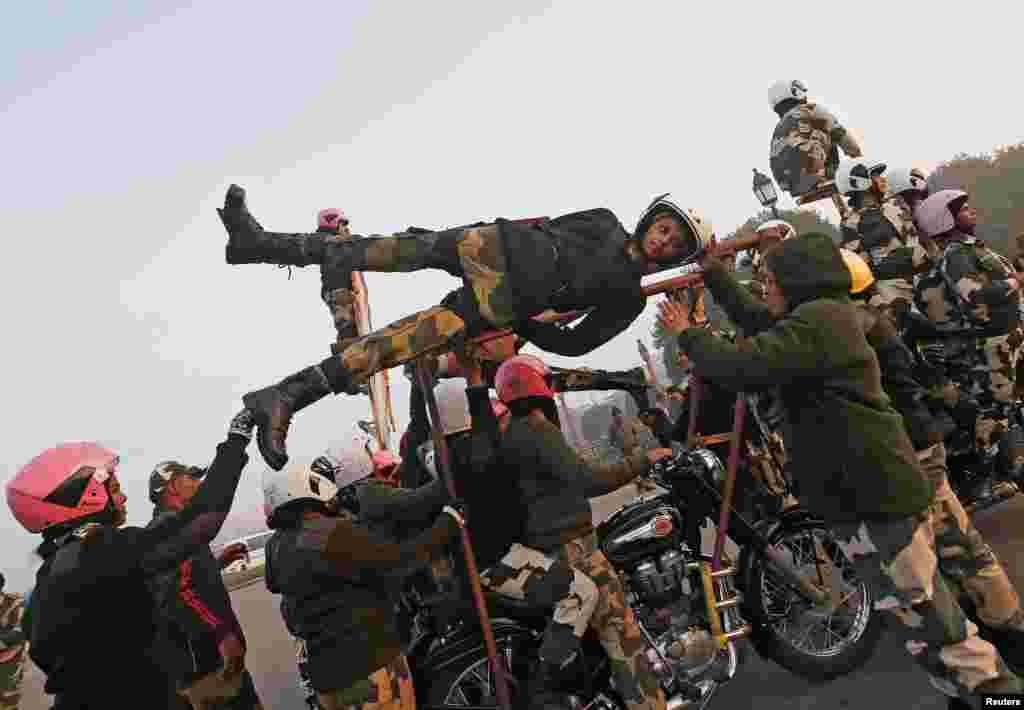 Hindistan Sınır Güvenlik Güçleri, Cumhuriyet Günü Yürüyüşü provası yapıyor.