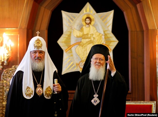 2009 yılında bir araya gelen Rus Ortodoks Patriği Kirill ve Fener Rum Patriği Barthalomeos