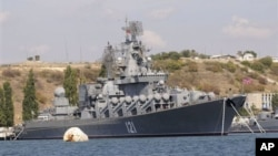 Ракетный крейсер «Москва» Черноморского флота России в порту Севастополя (архивное фото)