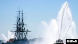 美国军舰宪法号和一艘大港消防船在波士顿参加纪念中途岛战役71周年活动