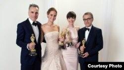 Các diễn viên Daniel Day-Lewis, Jennifer Lawrence, Anne Hathaway và Christoph Waltz cầm tượng vàng Oscar.
