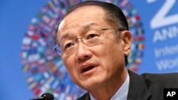 Chủ tịch Ngân hàng Thế giới Jim Yong Kim nói chuyện tại một cuộc họp báo