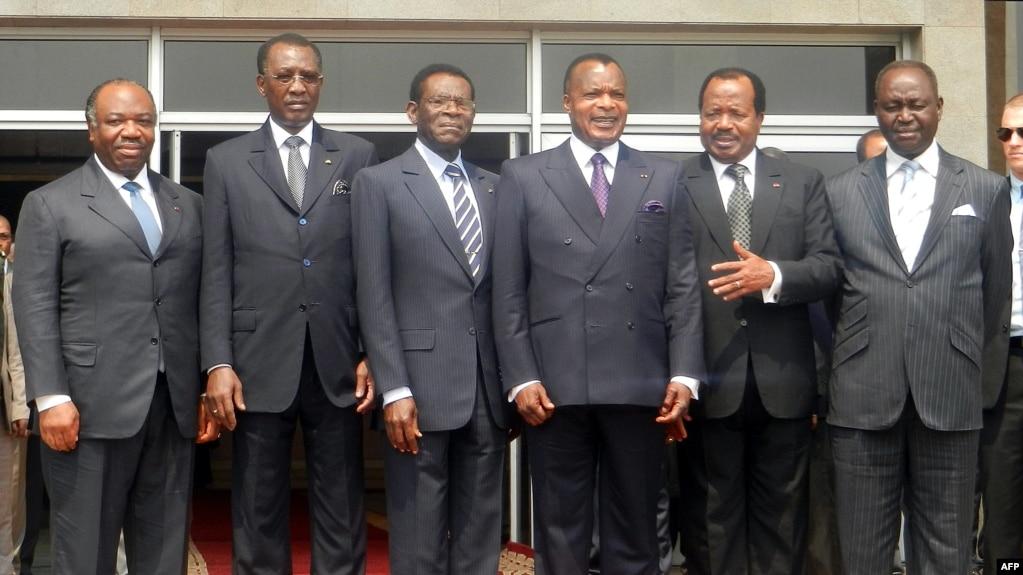 De gauche à droite, les Présidents Ali Bongo Ondimba du Gabon, Idriss Deby du Tchad, Theodoro Obiang Nguema de Guinée équatoriale, Denis Sassou Nguesso du Congo, Paul Biya du Cameroun, François Bozize de République centrafricaine posent pour une photo de