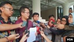 Tim advokasi Novel Baswedan (kiri) mendatangi Kementerian Sekretariat Negara, untuk menyerahkan surat kepada Presiden Jokowi terkait permohonan informasi perkembangan kasus Novel Baswedan di Jakarta, Jumat (18/10) (VOA/Ghita)