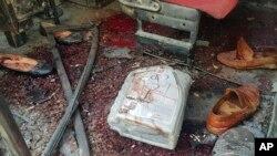 Sepatu berserakan di sebuah bus pasca ledakan di Kabul, Afghanistan hari Minggu (2/6).