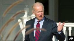 Wakil Presiden AS Joe Biden berbicara dengan wartawan setelah makan siang dengan Wakil Presiden terpilih Mike Pence di tempat tinggal Biden di Washington (16/11). (AP/Cliff Owen)