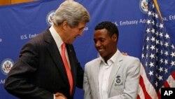 Menlu AS John Kerry (kiri) berbicara dengan Lelisa Desisa, pelari marathon Ethiopia juara lomba marathon Boston di Addis Ababa (26/5).