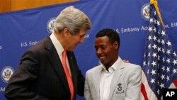 Vận động viên Lelisa Desisa gặp Ngoại trưởng Hoa Kỳ John Kerry tại Đại sứ quán Hoa Kỳ ở Addis Ababa.