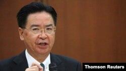 جوزف وو، وزیر خارجه تایوان، در تاریخ ۲۲ ژوئیه ۲۰۲۰ در جریان یک کنفرانس خبری در تایپه، تایوان، با رسانهها گفتوگو میکند (رویترز/آن ونگ)