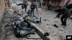 افغان صحافی کابل میں دھماکے کے مقام پر فلم بندی کر رہے ہیں۔ 20 فروری 2021