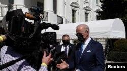 El presidente Joe Biden ofrece declaraciones a los periodistas a las afueras de la Casa Blanca antes de partir a Wilmington, Delaware, el 26 de marzo de 2021.