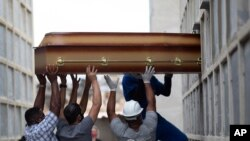 تابوت زنی که بر اثر بیماری کووید۱۹ جان خود را از دست داد - ریو د ژانیرو، برزیل - ۱۳ أوریل ۲۰۲۱