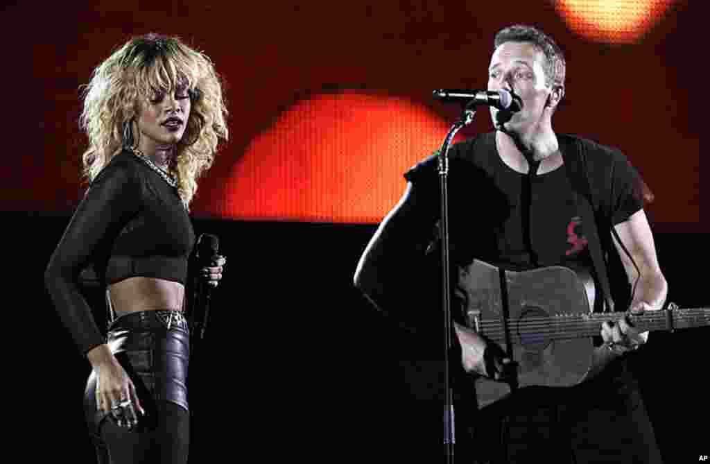 蕾哈娜(左)和酷玩乐队的成员克里斯•马丁在洛杉矶举行的第54届格莱美年度颁奖典礼上演唱。. (AP Photo/Matt Sayles)