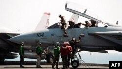 Një foto nga arkivi i tetorit 2001 tregon pilotët e skuadronit të parë sulmues amerikan pas kryerjes së një misioni në Afganistan