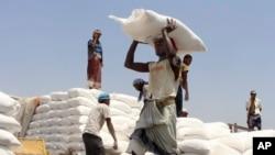 ယီမင္ႏိုင္ငံ Hajjah ၿမိဳ႕မွာ ကမၻာ့စားနပ္ရိကၡာအဖြဲ႔ (WFP) က ကူညီေထာက္ပံ့ေပးတဲ့ ရိကၡာထုပ္ေတြကို သယ္ေနတဲ့ ျမင္ကြင္း။ (စက္တင္ဘာ ၁၇၊ ၂၀၂၀)