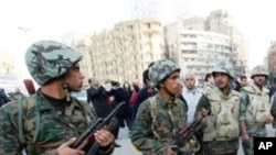 카이로 거리를 경비하는 이집트 군인들